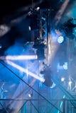 Επίκεντρα οδηγήσεων με τις μπλε ακτίνες στο καπνώές σκοτάδι equi σκηνικού φωτισμού Στοκ φωτογραφία με δικαίωμα ελεύθερης χρήσης