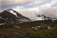 επίπεδης κορυφής ηλιοβασίλεμα βουνών αγκυροβολίου της Αλάσκας στοκ φωτογραφία