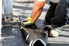 Επίπεδη εγκατάσταση στεγών Θερμαντικό και λειώνοντας υλικό κατασκευής σκεπής πίσσας αισθητό στοκ εικόνα με δικαίωμα ελεύθερης χρήσης