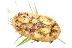 Επίπεδη πίτσα ψωμιού με τις πατάτες και τυρί αιγών στο λευκό Στοκ Φωτογραφίες