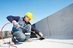 Επίπεδη στέγη που καλύπτει τις εργασίες με το υλικό κατασκευής σκεπής αισθητές στοκ φωτογραφία με δικαίωμα ελεύθερης χρήσης