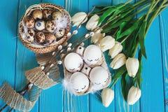 Επίπεδος βάλτε με τα αυγά Πάσχας στο μπλε υπόβαθρο στοκ εικόνα με δικαίωμα ελεύθερης χρήσης