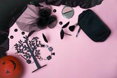 Επίπεδος βάλτε με το θηλυκό accessori εξαρτήσεων συλλογής κομμάτων αποκριών στοκ εικόνες