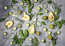 Επίπεδος βάλτε τα φρέσκα λαχανικά, τα φρούτα και τα χορτάρια στο συγκεκριμένο υπόβαθρο στοκ φωτογραφίες