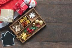 Επίπεδος βάλτε την εναέρια εικόνα της Χαρούμενα Χριστούγεννας εξαρτημάτων & της έννοιας υποβάθρου φεστιβάλ καλής χρονιάς Όμορφη δ Στοκ Φωτογραφίες