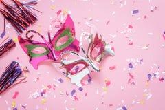 Επίπεδος βάλτε την εναέρια εικόνα της όμορφης πορφυρής ασημένιας μάσκας καρναβαλιού Στοκ Εικόνα