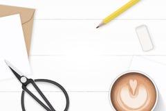 Επίπεδος βάλτε την κομψούς άσπρους γόμα και τον καφέ μολυβιών φακέλων εγγράφου του Κραφτ επιστολών σύνθεσης τοπ άποψης κίτρινους  στοκ εικόνες με δικαίωμα ελεύθερης χρήσης