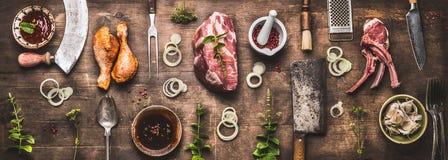 Επίπεδος βάλτε της διάφορης σχάρας και bbq του κρέατος: πόδια κοτόπουλου, μπριζόλες, πλευρά αρνιών με τα εκλεκτής ποιότητας εργαλ στοκ φωτογραφία