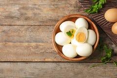 Επίπεδος βάλτε τη σύνθεση με τα βρασμένα αυγά και το διάστημα για το κείμενο στοκ εικόνα