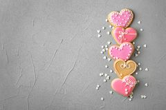 Επίπεδος βάλτε τη σύνθεση με τα διακοσμημένα διαμορφωμένα καρδιά μπισκότα και το διάστημα για το κείμενο στοκ εικόνες με δικαίωμα ελεύθερης χρήσης