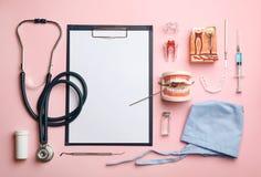 Επίπεδος βάλτε τη σύνθεση με τα ιατρικά αντικείμενα στο υπόβαθρο χρώματος στοκ εικόνες