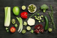Επίπεδος βάλτε τη σύνθεση με τα λαχανικά και τα φρούτα Στοκ Εικόνες