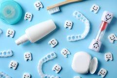 Επίπεδος βάλτε τη σύνθεση με τα μικρά πλαστικά δόντια και τα οδοντικά στοιχεία προσοχής στοκ εικόνα με δικαίωμα ελεύθερης χρήσης