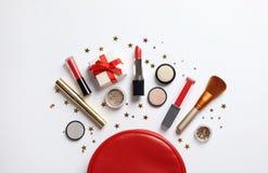 Επίπεδος βάλτε τη σύνθεση με τα προϊόντα makeup και το ντεκόρ Χριστουγέννων στοκ φωτογραφίες