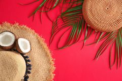 Επίπεδος βάλτε τη σύνθεση με την τσάντα μπαμπού και το καπέλο αχύρου στοκ φωτογραφία με δικαίωμα ελεύθερης χρήσης