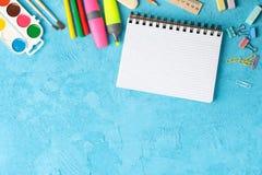 Επίπεδος βάλτε τη σύνθεση με τις σχολικές προμήθειες στο υπόβαθρο χρώματος στοκ φωτογραφία με δικαίωμα ελεύθερης χρήσης