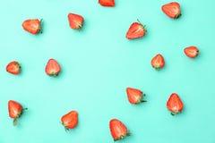 Επίπεδος βάλτε τη σύνθεση με τις ώριμες κόκκινες φράουλες στοκ εικόνα με δικαίωμα ελεύθερης χρήσης