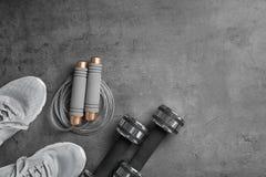 Επίπεδος βάλτε τη σύνθεση με το σχοινί άλματος, τον εξοπλισμό γυμναστικής και το διάστημα για το κείμενο στοκ εικόνες