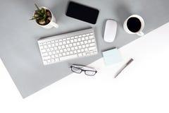 Επίπεδος βάλτε τη φωτογραφία του πίνακα γραφείων με το πληκτρολόγιο, σημειωματάριο, ψηφιακή ταμπλέτα, κινητό τηλέφωνο, μολύβι, ey Στοκ Εικόνες