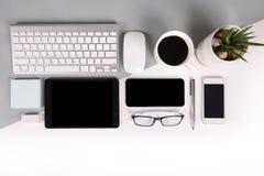 Επίπεδος βάλτε τη φωτογραφία του πίνακα γραφείων με το πληκτρολόγιο, σημειωματάριο, ψηφιακή ταμπλέτα, κινητό τηλέφωνο, μολύβι, ey Στοκ Φωτογραφία