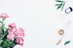 Επίπεδος βάλτε τη floral ρύθμιση της ανθοδέσμης των ανοικτό ροζ peonies στοκ εικόνες