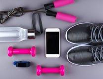 Επίπεδος βάλτε τον πυροβολισμό των πάνινων παπουτσιών, ακουστικά, τηλέφωνο Στοκ Εικόνα