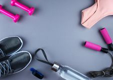 Επίπεδος βάλτε τον πυροβολισμό των πάνινων παπουτσιών, ακουστικά, τηλέφωνο Στοκ εικόνες με δικαίωμα ελεύθερης χρήσης