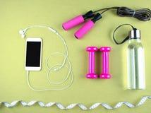 Επίπεδος βάλτε τον πυροβολισμό των πάνινων παπουτσιών, ακουστικά, τηλέφωνο Στοκ Εικόνες