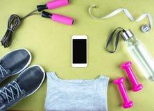Επίπεδος βάλτε τον πυροβολισμό των πάνινων παπουτσιών, ακουστικά, τηλέφωνο Στοκ φωτογραφία με δικαίωμα ελεύθερης χρήσης