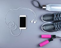 Επίπεδος βάλτε τον πυροβολισμό των πάνινων παπουτσιών, ακουστικά, τηλέφωνο Στοκ εικόνα με δικαίωμα ελεύθερης χρήσης