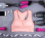 Επίπεδος βάλτε τον πυροβολισμό των πάνινων παπουτσιών, ακουστικά, τηλέφωνο Στοκ Φωτογραφίες