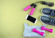 Επίπεδος βάλτε τον πυροβολισμό των πάνινων παπουτσιών, ακουστικά, τηλέφωνο Στοκ Φωτογραφία