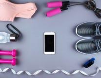 Επίπεδος βάλτε τον πυροβολισμό των πάνινων παπουτσιών, ακουστικά, τηλέφωνο Στοκ φωτογραφίες με δικαίωμα ελεύθερης χρήσης