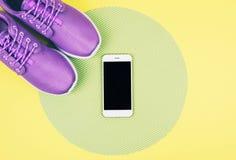 Επίπεδος βάλτε τον πυροβολισμό των πάνινων παπουτσιών και του smartphone Στοκ Εικόνα