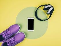 Επίπεδος βάλτε τον πυροβολισμό των πάνινων παπουτσιών, του smartphone και των ακουστικών Στοκ Εικόνα
