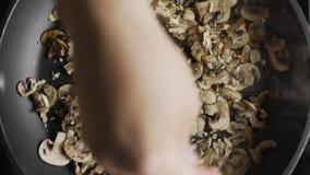 Επίπεδος βάλτε τον πυροβολισμό champignons ψήνεται με τα τεμαχισμένα ξύλα καρυδιάς στο τηγάνι ψησίματος στη σχάρα, που μαγειρεύει απόθεμα βίντεο