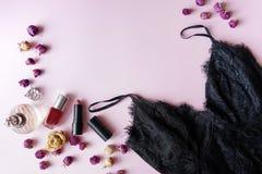 Επίπεδος βάλτε του ουσιαστικών εξαρτήματος και του εσώρουχου γυναικών Μαύρο lingerie δαντελλών τοπ μόδας άποψης, κραγιόν, άρωμα,  στοκ φωτογραφίες