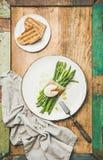 Επίπεδος-βάλτε του πράσινου σπαραγγιού, του μαλακός-βρασμένου αυγού, του μπέϊκον, του πράσου και των φρυγανιών Στοκ Φωτογραφίες