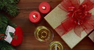 Επίπεδος βάλτε το βίντεο σκηνής των κιβωτίων δώρων στον ξύλινο πίνακα απόθεμα βίντεο