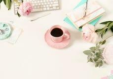 Επίπεδος βάλτε το γραφείο γραφείων γυναικών ` s Θηλυκός χώρος εργασίας στοκ φωτογραφία με δικαίωμα ελεύθερης χρήσης
