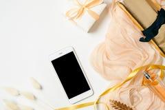 Επίπεδος βάλτε το γραφείο Υπουργείων Εσωτερικών ομορφιάς blogger r Εξαρτήματα γυναικών, τσάντα, μαντίλι, κιβώτιο δώρων, πόρπη μαλ στοκ φωτογραφία