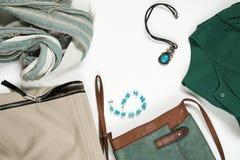 Επίπεδος βάλτε το θηλυκό καθιερώνον τη μόδα κολάζ ενδυμάτων και εξαρτημάτων μόδας στοκ εικόνα