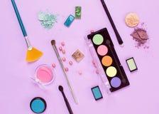 Επίπεδος βάλτε το θηλυκό κολάζ καλλυντικών με τις σκιές και τις βούρτσες ο ματιών Στοκ φωτογραφία με δικαίωμα ελεύθερης χρήσης