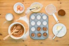 Επίπεδος βάλτε το κέικ φλυτζανιών κάνοντας το μίγμα στοκ εικόνα με δικαίωμα ελεύθερης χρήσης