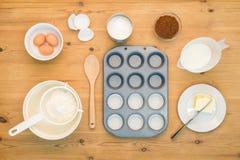 Επίπεδος βάλτε το κέικ φλυτζανιών κάνοντας τα συστατικά στοκ φωτογραφίες
