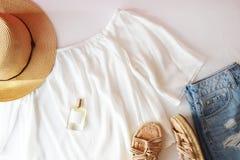 Επίπεδος βάλτε το καθιερώνον τη μόδα θηλυκό υπόβαθρο μόδας Υπόβαθρο ομορφιάς μόδας Το καλοκαίρι φαίνεται τάση Στοκ φωτογραφία με δικαίωμα ελεύθερης χρήσης