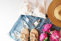 Επίπεδος βάλτε το καθιερώνον τη μόδα θηλυκό υπόβαθρο μόδας Υπόβαθρο ομορφιάς μόδας Το καλοκαίρι φαίνεται τάση Στοκ Φωτογραφία