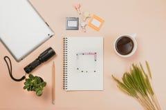 Επίπεδος βάλτε το κενά βιβλίο και το μολύβι, ταμπλέτα για την εργασία σχεδίου Στοκ φωτογραφίες με δικαίωμα ελεύθερης χρήσης