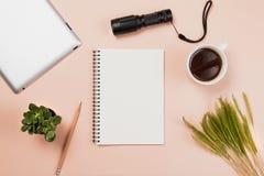 Επίπεδος βάλτε το κενά βιβλίο και το μολύβι, ταμπλέτα για την εργασία σχεδίου Στοκ Εικόνες