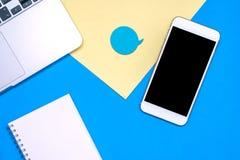 Επίπεδος βάλτε το σχέδιο με το έξυπνα τηλεφωνικό lap-top και το βιβλίο σημειώσεων Κενό στη συσκευή με τη φυσαλίδα για το κείμενο  Στοκ Εικόνες